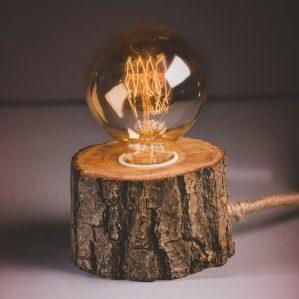 làm đèn ngủ bằng gỗ để bàn với khúc gỗ nguyên vỏ cây